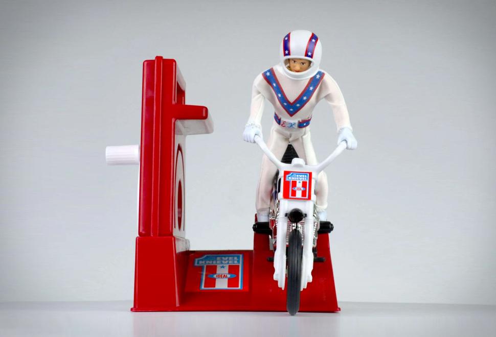 Um dos brinquedos mais cobiçados da década de 1970 foi o lendário Evel Knievel Stunt Cycle - Imagem - 1
