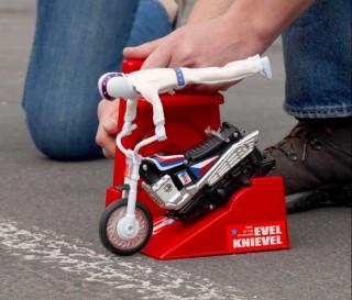 Um dos brinquedos mais cobiçados da década de 1970 foi o lendário Evel Knievel Stunt Cycle - Imagem - 4