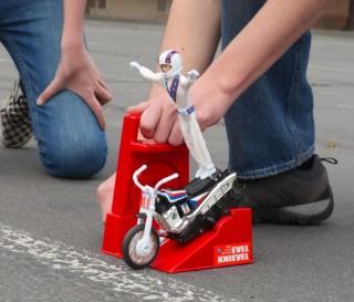 Um dos brinquedos mais cobiçados da década de 1970 foi o lendário Evel Knievel Stunt Cycle - Imagem - 2