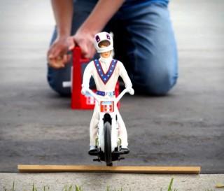 Um dos brinquedos mais cobiçados da década de 1970 foi o lendário Evel Knievel Stunt Cycle - Imagem - 3